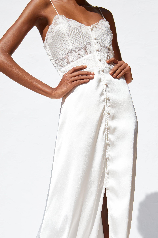 a1b5dc56d1 El vestido de novia que Zara ha sacado a la venta por 30 € es tan lencero y  vintage que nos ha dado ganas de casarnos