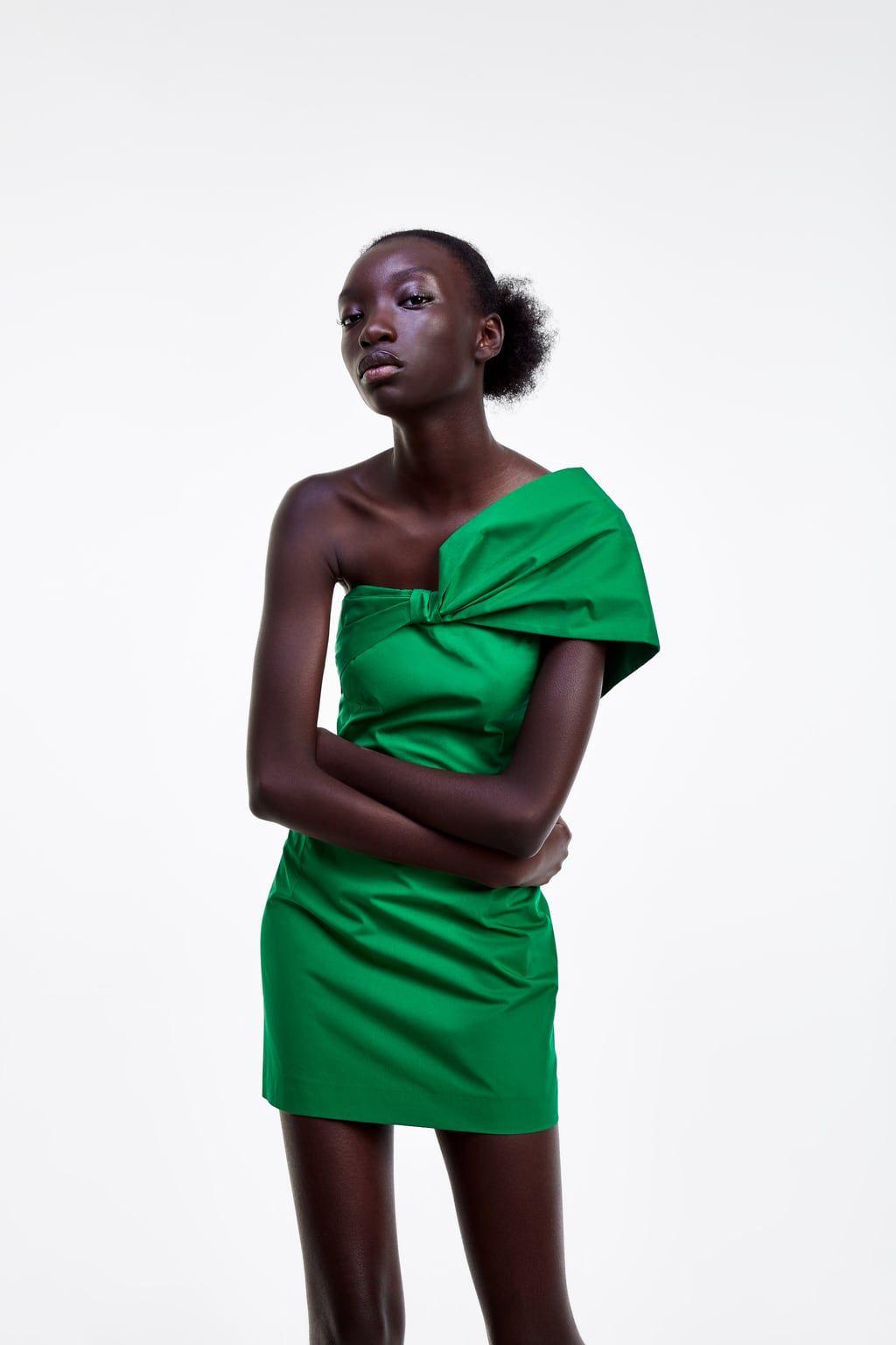 7e1b96d726 Cuando veas este vestido corto de Zara con escote drapeado y manga  asimétrica querrás que te inviten a una fiesta cuanto antes