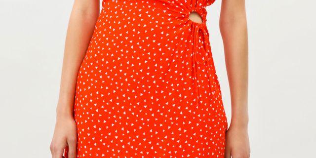 vestido corto de manga corta y cuello redondo en color rojo de lefties, tiene una abertura delantera de forma circular