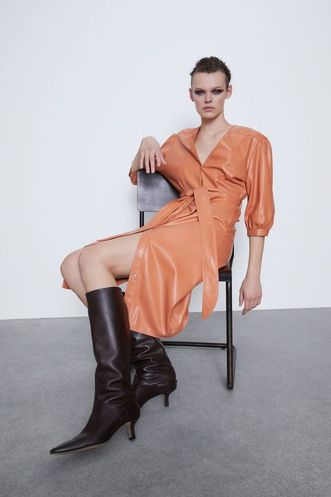 Clothing, Leg, Thigh, Footwear, Sitting, Human leg, High heels, Beauty, Boot, Knee,