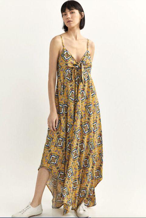 vestido largo, con tirantes, con detalle de nudo en el escote, con el bajo asimétrico y estampado