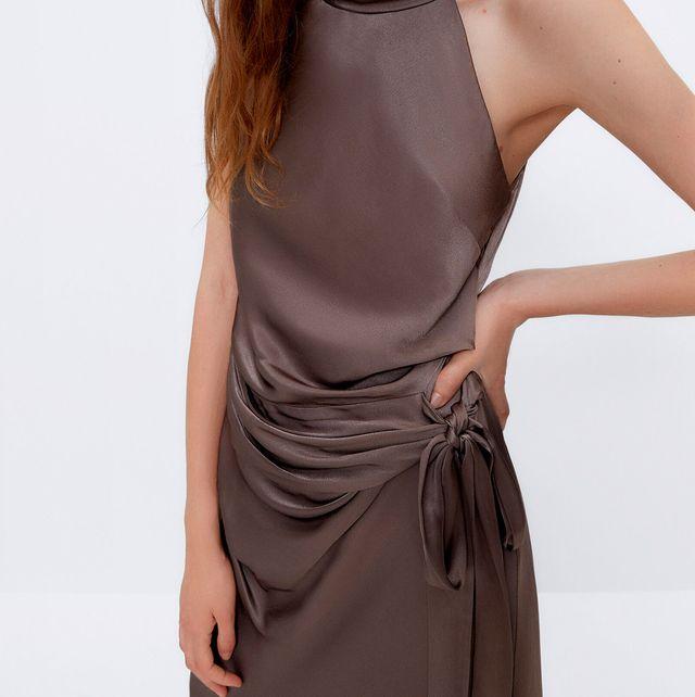 vestido largo satinado drapeado de uterqüe