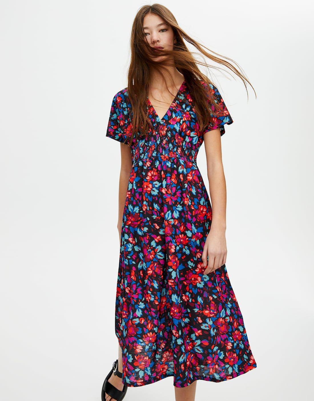 34468c4ce48 Este vestido midi de primavera con flores de Pull Bear hace tipazo