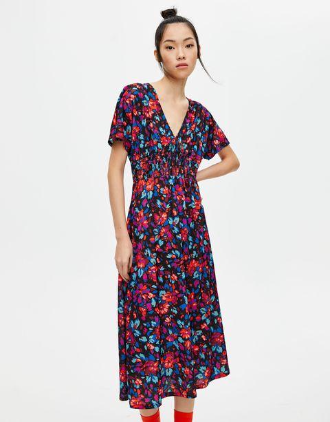código promocional 43a16 dcfab Este vestido midi de primavera con flores de Pull&Bear hace ...