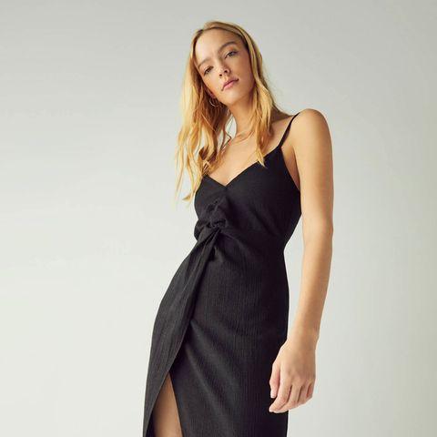 4ed902a139 Hay un vestido negro en Bershka con espalda descubierta con el que ...