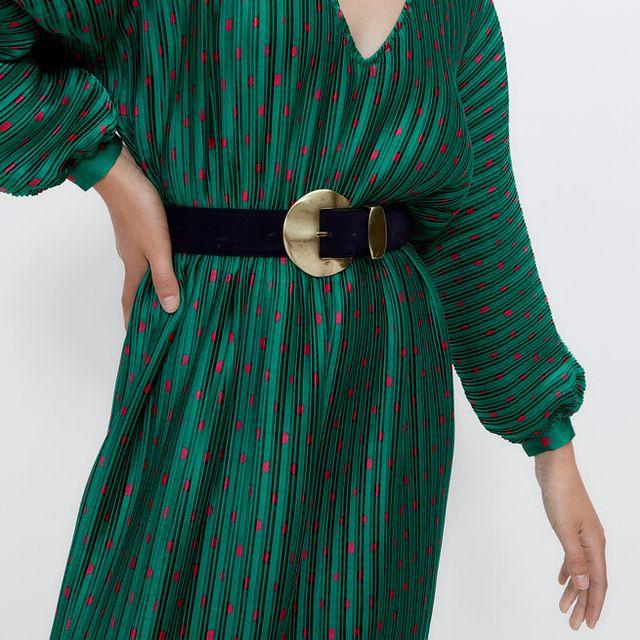 vestido plisado verde con lunares de uterqüe