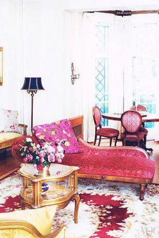 Vestire i mobili Rivestite i vecchi mobili, magari fin troppo vintage, con tessuti dalle fantasie gioiose courtesy photo Harper's Bazaar