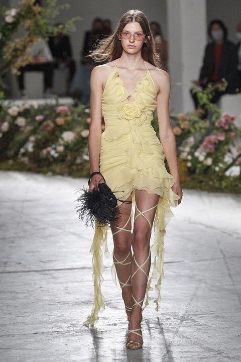 il vestito donna elegante estivo è l'abito lungo che vorrai indossare anche dopo l'evento, perché i vestiti cerimonia 2021 sono versatili prova l'abito da sera e un paio di sneakers
