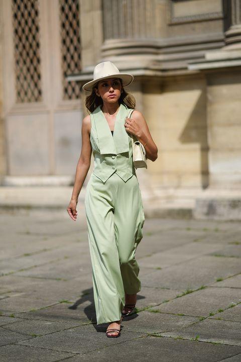 vestiti estate 2021, gli abiti donna si tingono delle tonalità chiare dei colori pastello, scegli tra il vestito estivo rosa e il completo elegante giacca pantalone verde