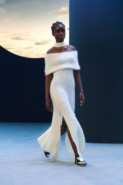 l'abito lungo elegante è prezioso, un vestito invernale che accende di magia i tuoi look tra modelli in pizzo, abiti neri oppure svasati come tuniche