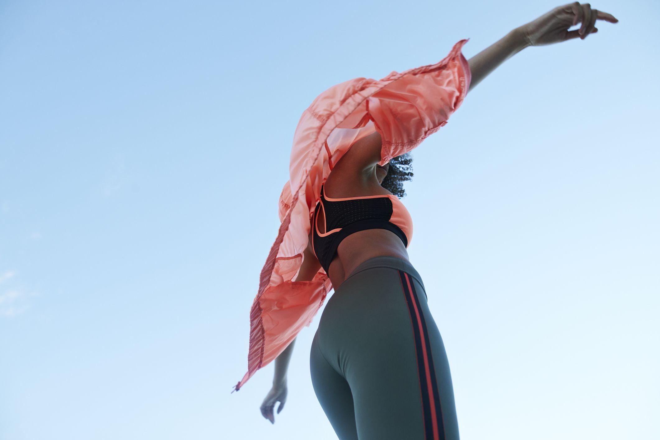 Ebbene sì, un marchio activewear ha inventato i vestiti che migliorano la postura e rilassano i muscoli (WOW)