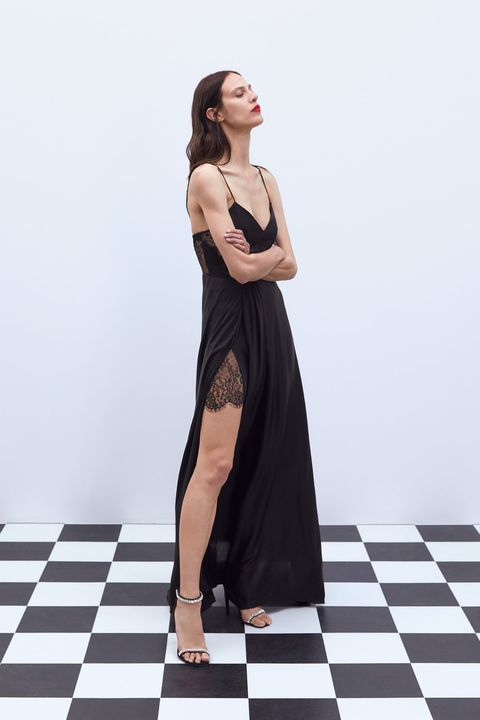 2fc108d5aa El vestido negro largo lencero de Zara para ser la más guapa de la ...