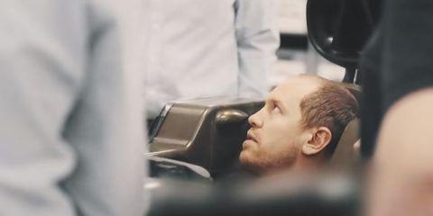 sebastian vettel haciéndose el asiento para un aston martin de f1