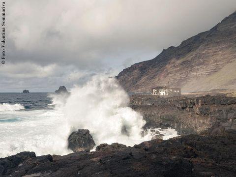 Wave, Sea, Sky, Wind wave, Coast, Ocean, Cloud, Geological phenomenon, Rock, Coastal and oceanic landforms,