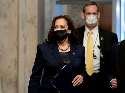 カマラ・ハリス 新型コロナウイルス感染症 マスク 重ね着け