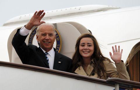 大統領に就任したばかりのジョー・バイデン氏をこれまで支えてきたのは、彼が愛する家族♡ 妻ジル、息子ハンター、娘アシュリーの他にも、孫たちも選挙キャンペーンに協力! 7人いる孫の中でも、最年長ナオミ・バイデンは、才色兼備なことで注目が集まっているんだとか。そこで本記事では、そんな彼女についてご紹介します。