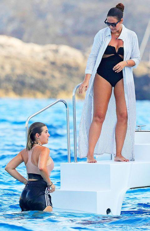 Alba Díaz y su madre,Vicky Martín Berrocal, durante una jornada en alta mar en Ibiza