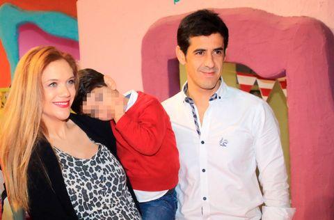 Beatriz Trapero y Víctor Janeiro con sus hijos