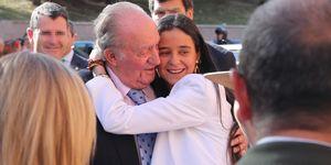 El tierno abrazo de Victoria Federica al rey Juan Carlos en público