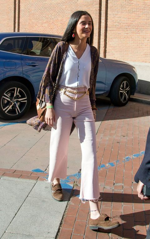 victoria federica, sonrisa, paseo, pantalones rosas, camisa, bolso, cinturón, coche