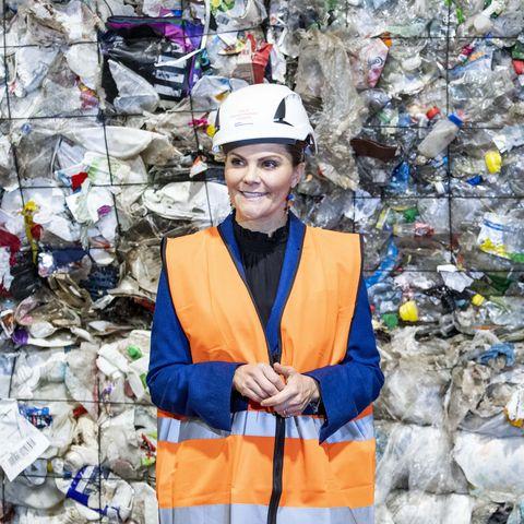 Victoria de Suecia visita una planta de reciclaje