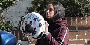 Victoria Federica se pasea en moto por las calles de Madrid