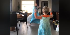Padre e hijo bailando Frozen