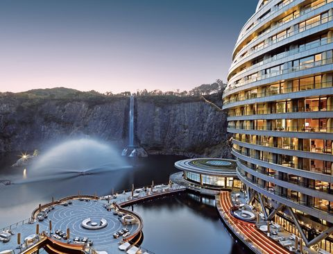 史上最狂洲際飯店在上海!地底16層樓被譽為建築奇蹟,水底80公尺玻璃屋、四面環繞懸崖峭壁太震撼!