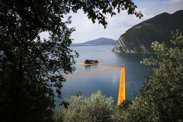 christo opere the floating piers