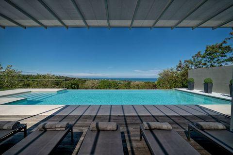 La piscina a sfioro di Villa Olivo con vista sulla costa Adriatica