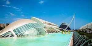 Una veduta dell'emisferico e del Palazzo delle Arti Reina Sofia, edifici progettati dall'architetto Santiago Calatrava nel complesso della Città delle Arti e delle Scienze di Valencia.