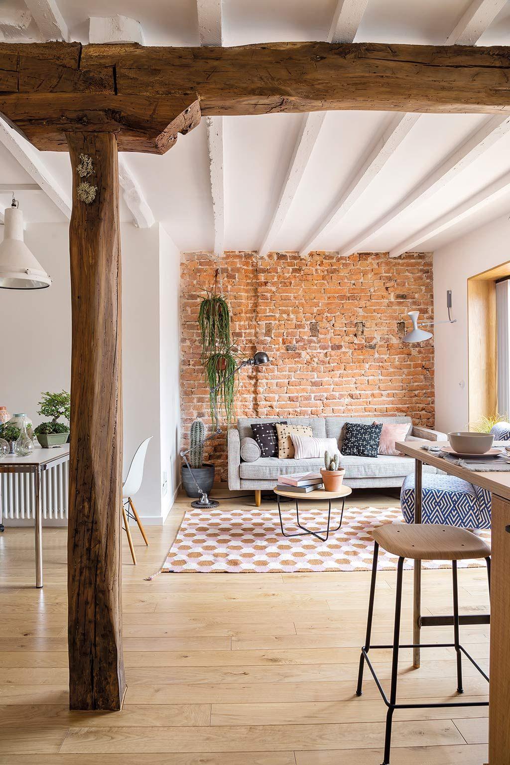 Salón comedor y cocina con vigas de madera
