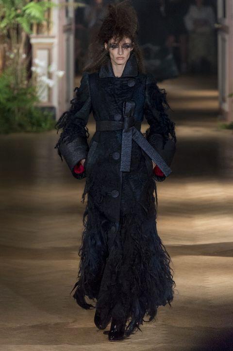 Bekijk hier alle looks van Viktor & Rolf Couture Herfst 2019 hier.