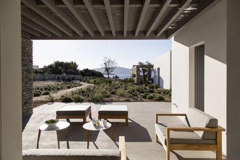 Una cornice minimal affacciata sul mar Egeo, in affitto