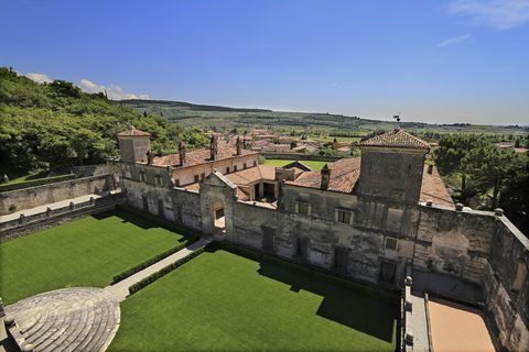 Fortification, Castle, Building, Historic site, Architecture, Grass, History, Middle ages, Landscape, Ruins,