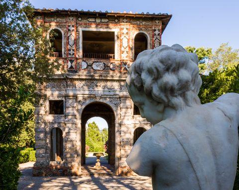 Arch, Architecture, Building, Sculpture, Statue, Estate, House, Art, Historic site, Stone carving,