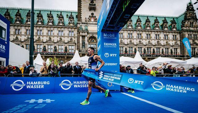 vincent luis celebra su victoria en las series mundiales de triatlón de hamburgo