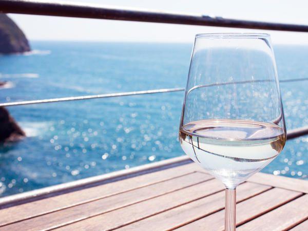 Le calorie di un bicchiere di vino rosso o bianco