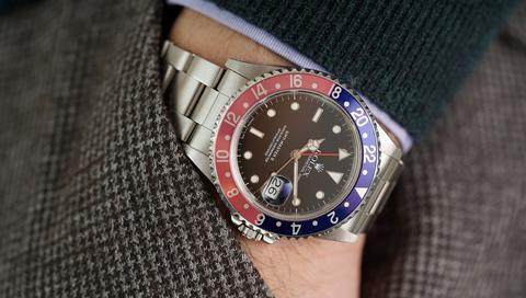 Analog watch, Watch, Watch accessory, Strap, Fashion accessory, Wrist, Jewellery, Material property, Hand, Electric blue,