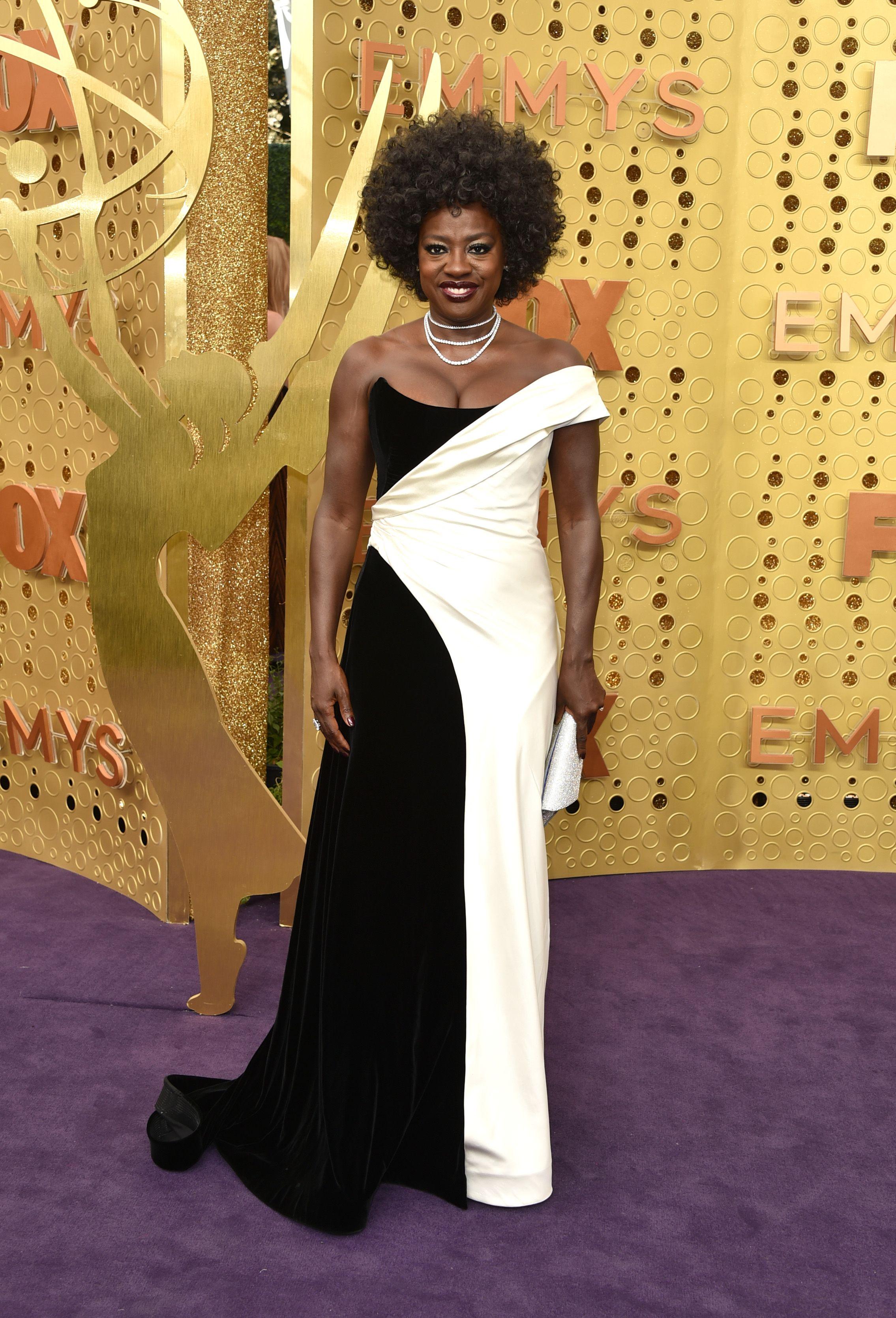Viola Davis presenta uno de los galardones de los Premios Emmy en zapatillas