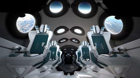 太空梭裡面有排列整齊的椅子及圓形窗戶