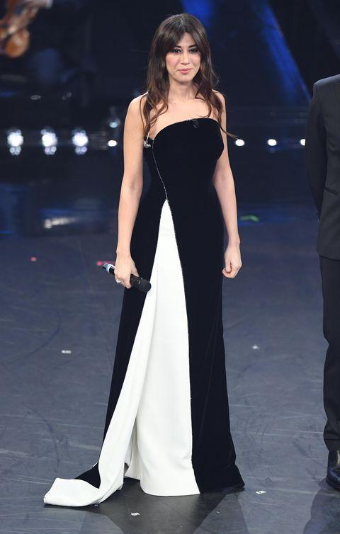 7afb35bd4ec1 Virginia Raffaele a Sanremo 2019 apre la kermesse canora con lo stesso  vestito di indossato da