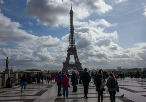 巴黎鐵塔Tourists At Eiffel Tower In Paris, France