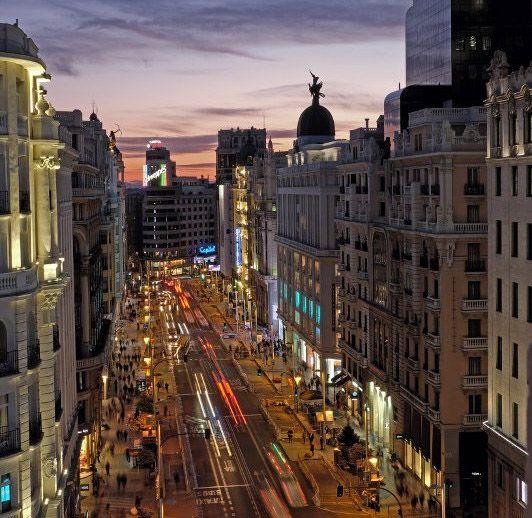 vista de la gran vía de madrid desde la terraza de picalagartos sky bar