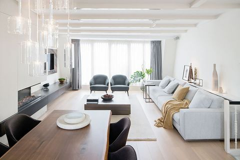 salón estrecho con acabados de lujo