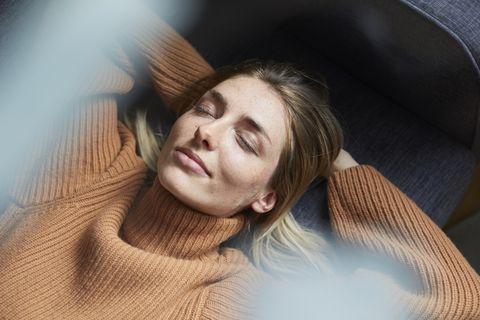 Vrouw liggend met haar ogen dicht