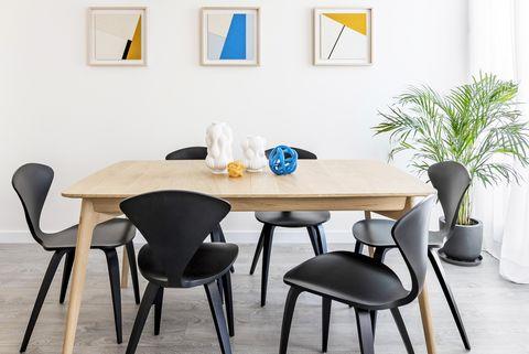 comedor de diseño moderno con mesa de madera y sillas nórdicas en color negro