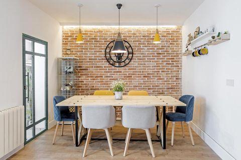 vivienda unifamiliar comedor con pared de ladrillo visto