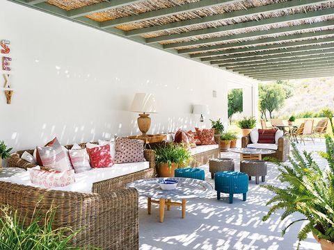 salón de verano con mesas y taburetes