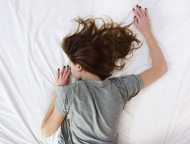 vrouw ligt op bed te slapen